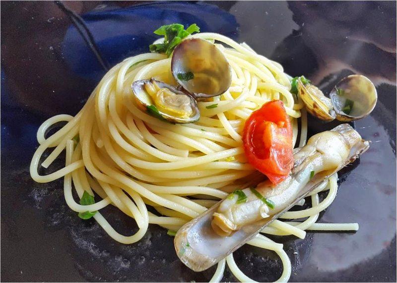 ricetta spaghetti con vongole e cappelunghe